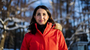 Nasima Razmyar valokuvattiin Lauttasaaressa Veijarivuoren uimarannalla helmikuun 2021 alussa.