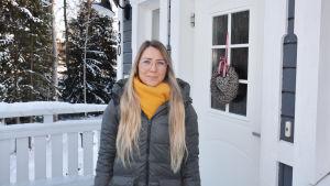 Marlene Karlsson utanför sitt hus.