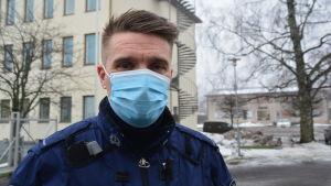 Manlig polis med munskydd