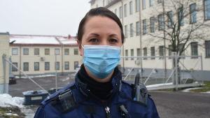 Kvinnlig polis med munskydd