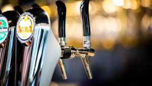 Ölkranar på en restaurang.