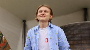 Arne Linna iklädd en ljusblå skjorta.