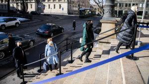 Hallitus piti kaikille eduskuntaryhmille infotilaisuuden tautitilanteesta ja liikkumisrajoitusten valmistelusta 23. maaliskuuta Säätytalolla.