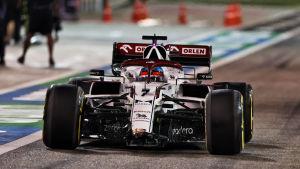 Kimi Räikkönen kör utan framvinge.