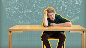 Atlas i Virala genier sitter med huvudet lutandes mot armen vid skolbänk. Grön tavelkrita som bakgrund med sina tecknade seriefigurer på.