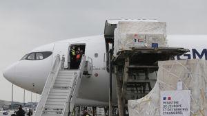 Fraktflygplan lastat med medicinsk utrustning och annan nödhjälp från EU till Indien.