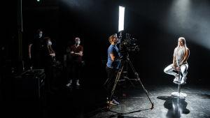 Mira Ahola puhuu kameralle Ylen tiloissa.