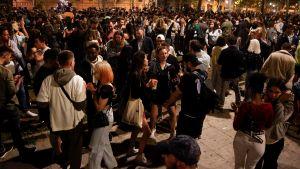 Människor firar uppluckrade restriktioner på gatan i Barcelona.