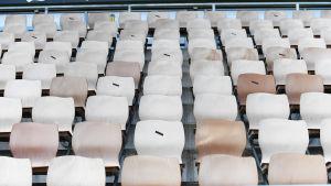 Tölö fotbollsstadions läktare. En del platser är markerade med svart tusch.