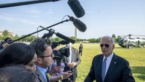 Joe Biden puhuu toimittajille Valkoisen talon nurmella.