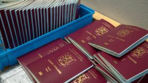 En massa pass i en låda, och en hög pass bredvid.