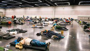 Personer sover i ett nedkylningscenter som upprättats med anledning av värmeböljan i Nordamerika.