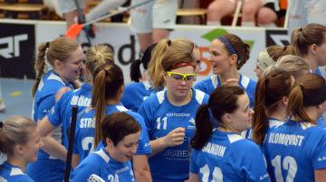 Blue Fox firar ett mål, målskytten Lina Nyby (11) i mitten.