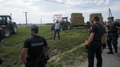 Polis skot targas mot hotfull man