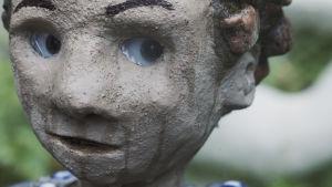 Staty föreställande ett barn.