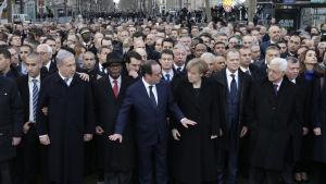 Frankrikes president Francois Hollande och andra statsledare i täten för solidaritetsmarschen i Paris 11.1.2015.