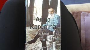 Anna Karenina av Lev Tolstoj.