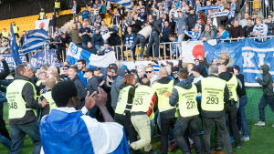 Stökigt mellan ordningsvakter och HJK-fans på cupfinalen 2017.