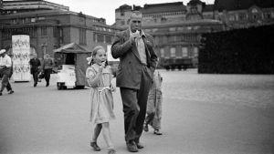 Far och dotter äter glass och går på torg