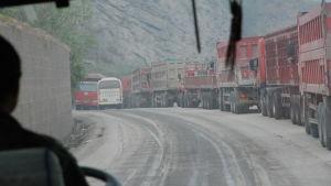En aldrig sinande ström av lastbilar fraktar kol från gruvor i inlandet till de dynamiska kustlandskapen. Också den här transporten bidrar till miljöförstöringen.