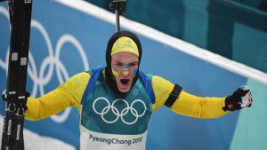 Sveriges Sebastian Samuelsson jublar efter OS-silver i skidskytte.