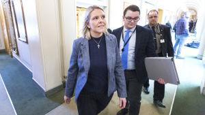 Sylvi Listhaug går i en korridor tillsammans med sin politiska rådgivare Espen Teigner.