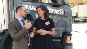 Infrastrukturminister Tomas Eneroth och Maria Krafft från Trafikverket framför en lastbil.