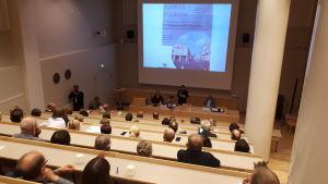 De finskspråkigas trivsel i Jakobstad diskuterades på ett Medborgarforummöte
