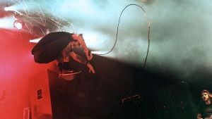 Randy Blythe från Lamb of God hoppar i luften 2014 på Manchester Academy.