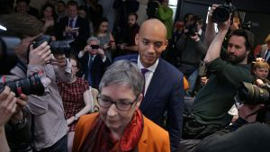 De avhoppade Labour-parlamentsledamöterna Ann Coffey and Chuka Umunna anländer till sin presskonferens i London.