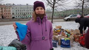 Dasja Znovjeva delar ut påsar som hon själv har sytt.