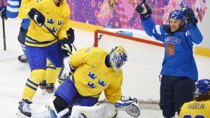 Olli Jokinen firar mål mot Sverige.