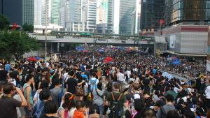Hundratusentals personer demonstrerar mot utlämningslag i Hongkong.