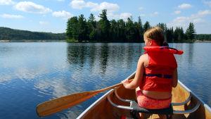 Flicka i kanot