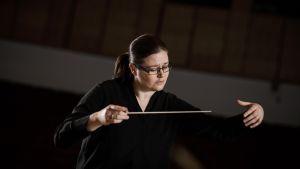 Anna-Maria Helsing dirigerar.