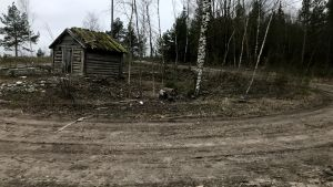En gammal lada och en gropig väg.