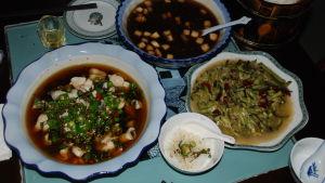 Rätter av kinesisk mat serveras i stora fat också på den här restaurangen. Det är sällsynt att det går att beställa halva portioner.
