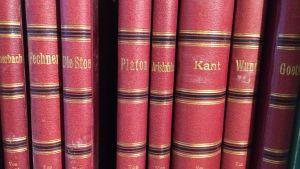 Filosofiböcker i en hylla