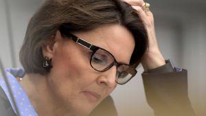 Anne Berner lutar huvudet i handen i riksdagen.
