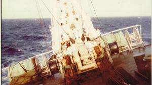 ett fraktfartyg gungar på atlanten