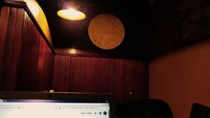 Dator i småsunkig restaurang, bruna paneler