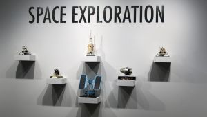 Några småföremål som säljs på auktionen, från den amerikanska rymdutforskningen.