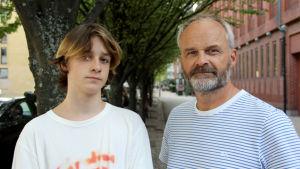 Johan Rheborg och Loke Hellberg som båda spelar Juha i filmen En komikers uppväxt.