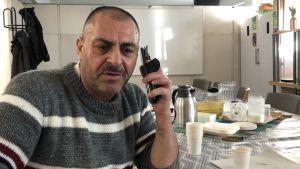 Jamil Summak sitter i Esbo i Finsk-Syriska vänskapsföreningens lokal 6.2.2020