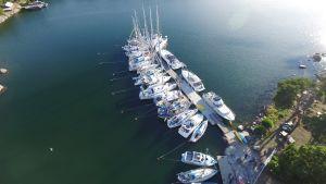 Bodö gästhamn med båtar fotade uppifrån.