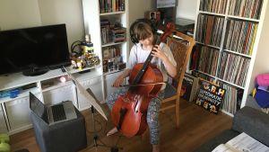 Isabelle Gustafsson spelar cello