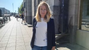 Kvinna i kavaj på gata i Vasa centrum.