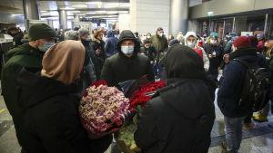 Människosamling på Vnukovo-flygplatsen i Moskva.