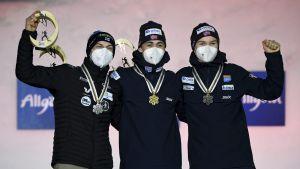 Ilkka Herola, Jarl Magnus Riiber och Jens Lurås Oftebro på pallen.