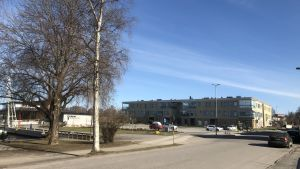 Ett omrde i Ekenäs som heter Hamntorget. Med parkering och bostadshus.